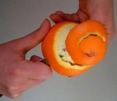 Сначала почистим апельсины